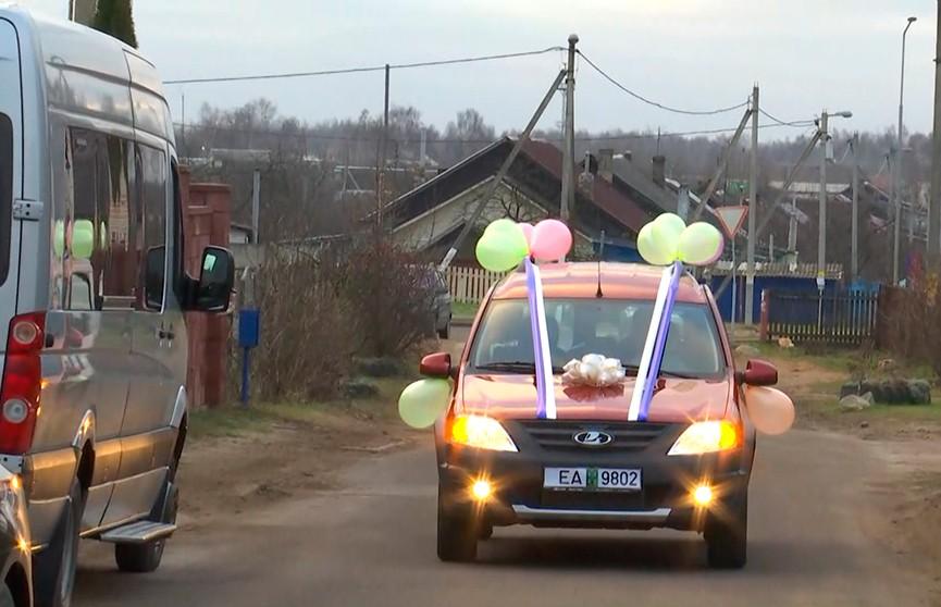 Новый автомобиль получила в подарок от губернатора Минской области многодетная семья из Марьиной Горки