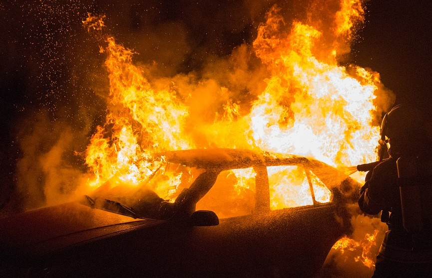 Легковушка полностью сгорела на Долгиновском тракте