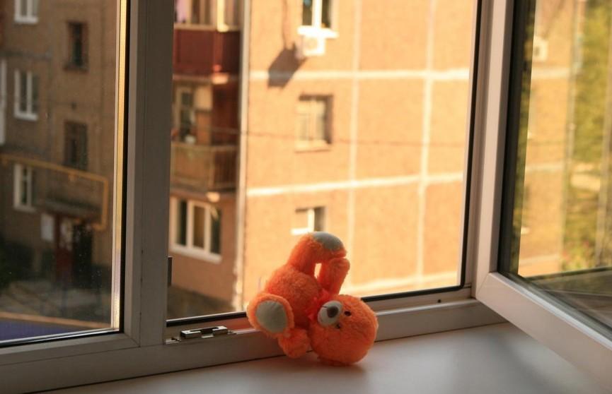 Годовалая девочка в Минске чуть не выпала из окна, пока ее родители находились в состоянии алкогольного опьянения
