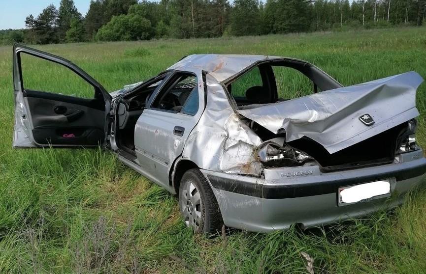 Автомобиль вылетел на обочину и перевернулся в Дятловском районе. Три человека пострадали