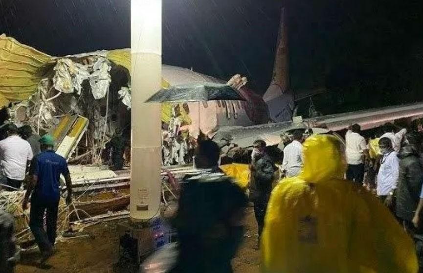 В Индии самолет выкатился за пределы взлетной полосы и развалился на части