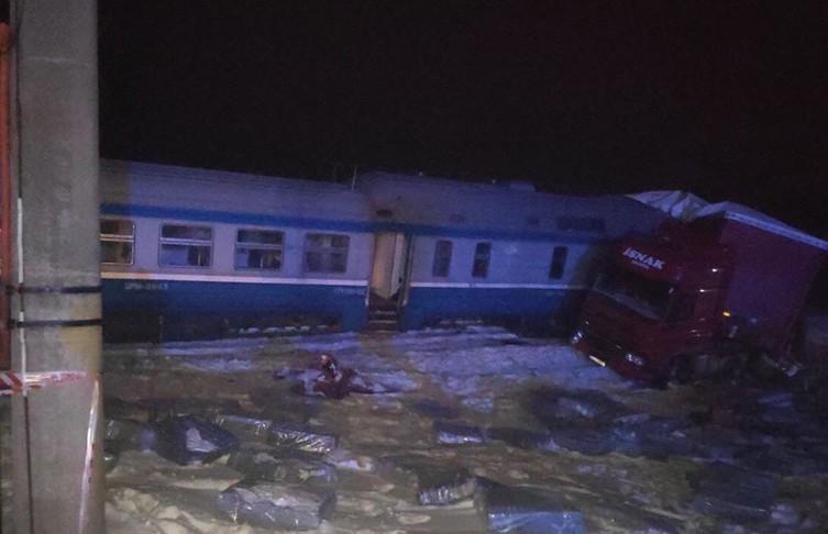Дизель-поезд и фура столкнулись под Брестом: головной вагон сошёл с рельсов, пострадал машинист