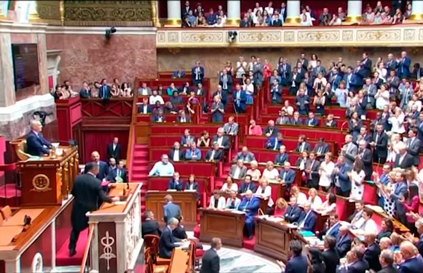 Два вотума недоверия правительству отвергли во Франции