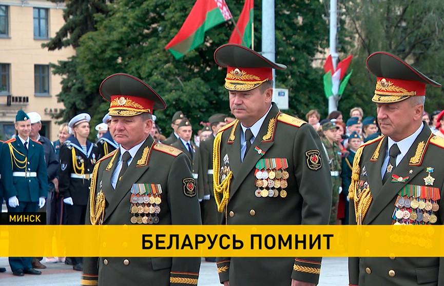 «Беларусь помнит»: министр обороны Андрей Равков возложил цветы к Вечному огню