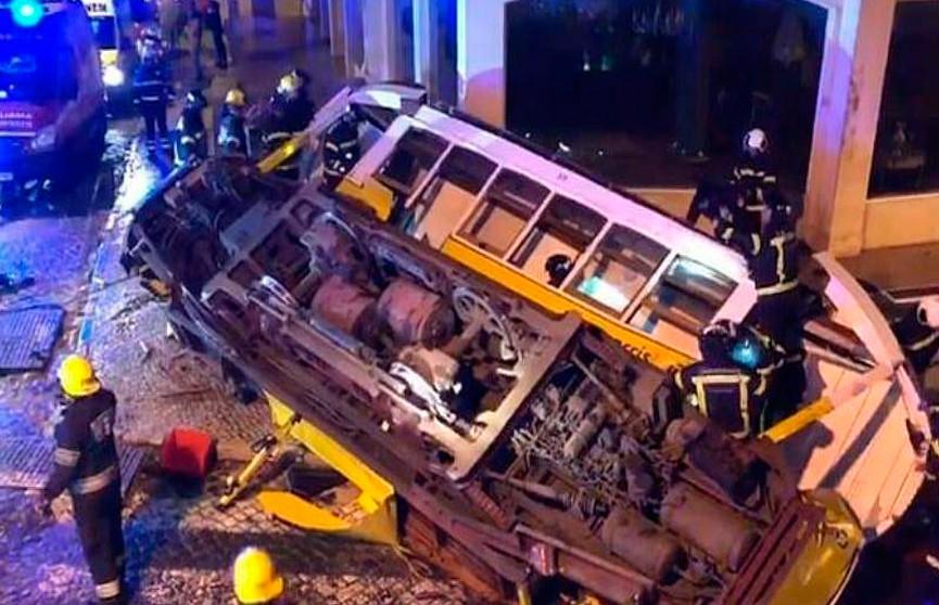 Туристический трамвай сошёл с рельсов в Лиссабоне: 30 человек пострадали