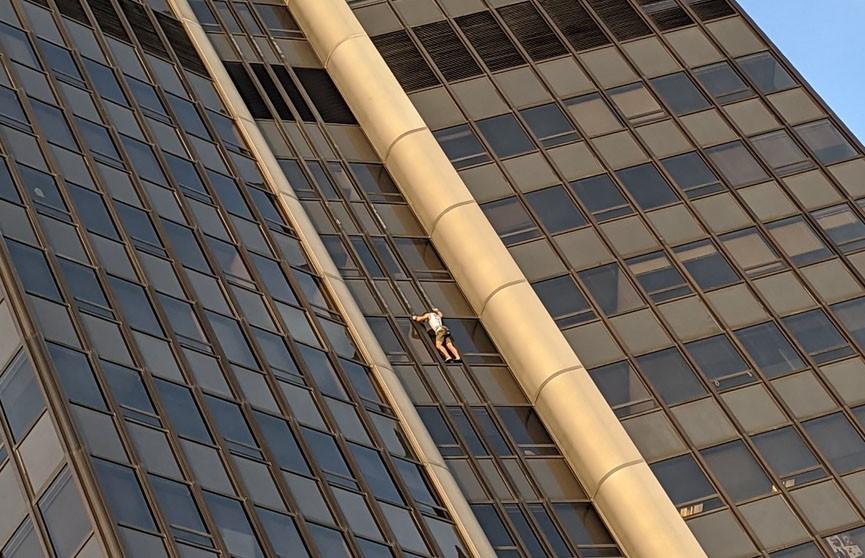 Мужчина пытался без страховки забраться на небоскреб Монпарнас в Париже