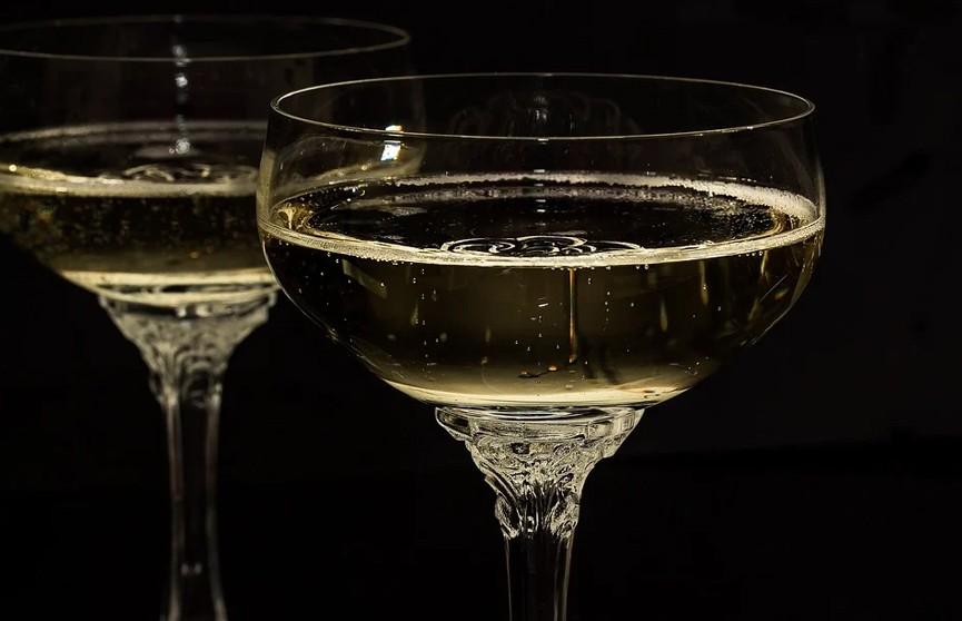 Женщина хотела отравить чиновников, случайно выпила с ними и потеряла сознание