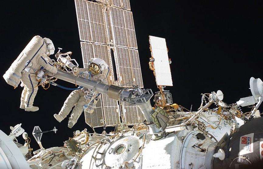 Российские космонавты забрали полотенце, провисевшее 10 лет в открытом космосе