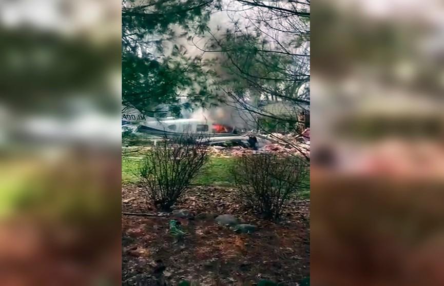 Легкомоторный самолёт рухнул на жилой дом, пилот погиб