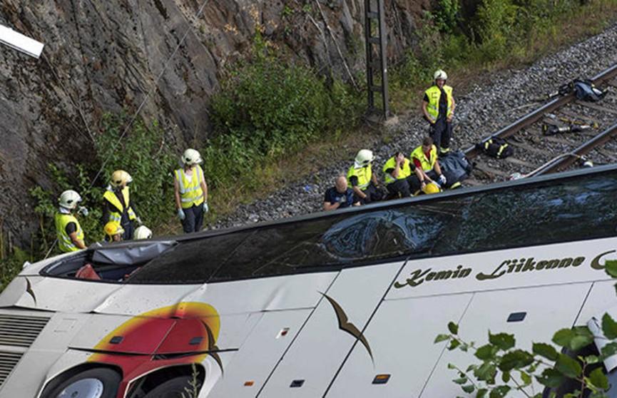 Автобус упал с моста в Финляндии: четыре человека погибли
