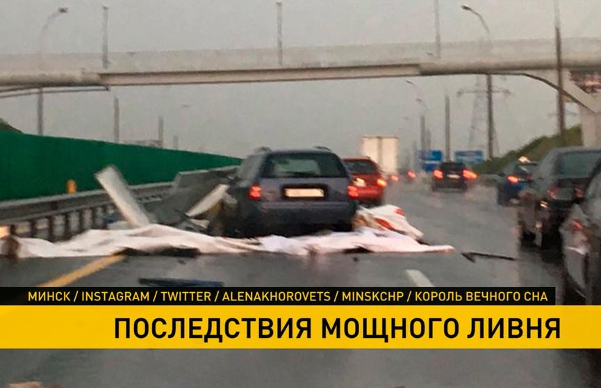 Сорванный ветром баннер на МКАД задел автомобиль (ФОТО и ВИДЕО)