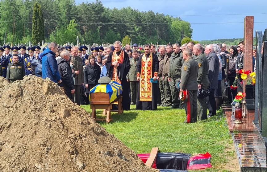 Беларусь простилась с летчиками, которые погибли в Барановичах, уводя падающий самолёт от жилых домов