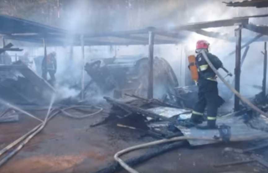 Автомобиль загорелся в Минске, а потом и помещение, в котором он находился