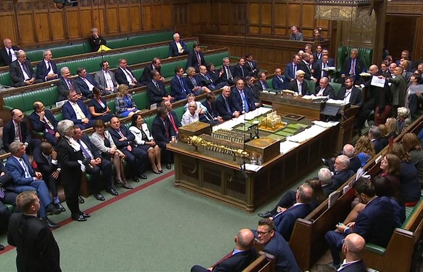 Парламент Британии возобновляет работу