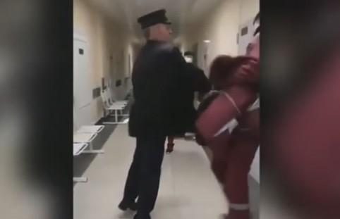 На пациента скорой, ударившего фельдшера по лицу, завели уголовное дело