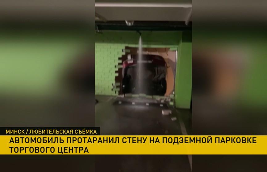 ДТП на многоуровневой парковке в Минске: машина повисла между этажами