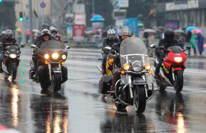 Под оглушающий рёв моторов в Минске завершают мотосезон