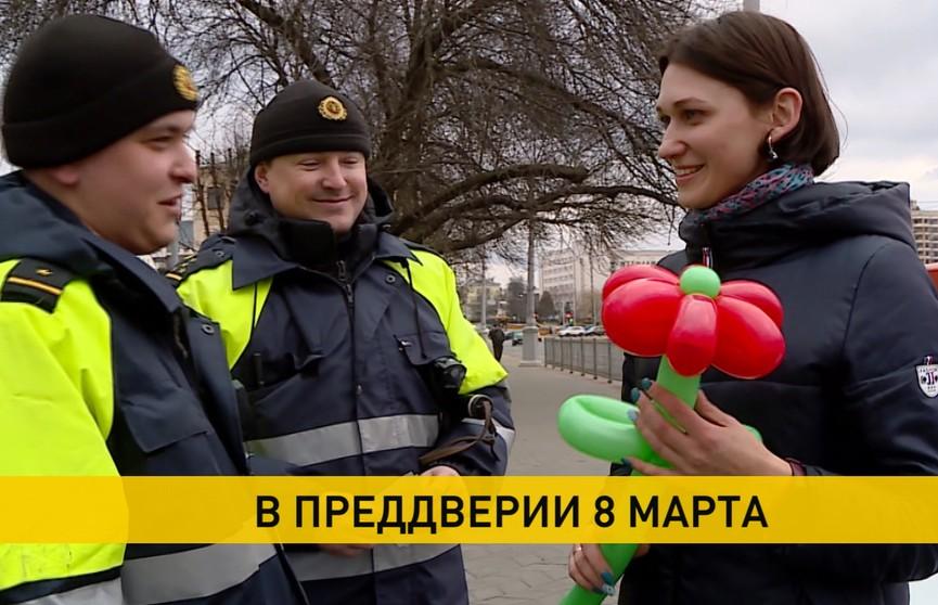 8 Марта: лотки с цветами работают с 6:00, а сотрудники ГАИ поздравляют женщин-водителей