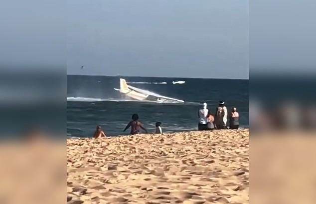 Самолёт аварийно сел на пляже в Вирджинии на глазах у туристов (ВИДЕО)
