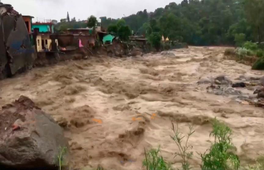Сильнейшее наводнение в Индии: реки вышли из берегов, смывает дома, уносит машины