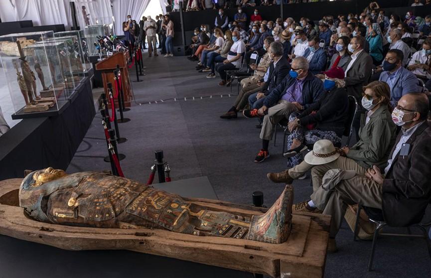 В Египте обнаружены древние саркофаги с мумиями и позолоченные статуи
