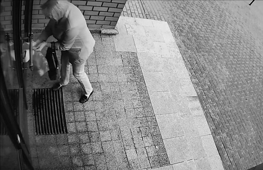 Странный ритуал: женщина зачем-то облила маслом здание на Зыбицкой