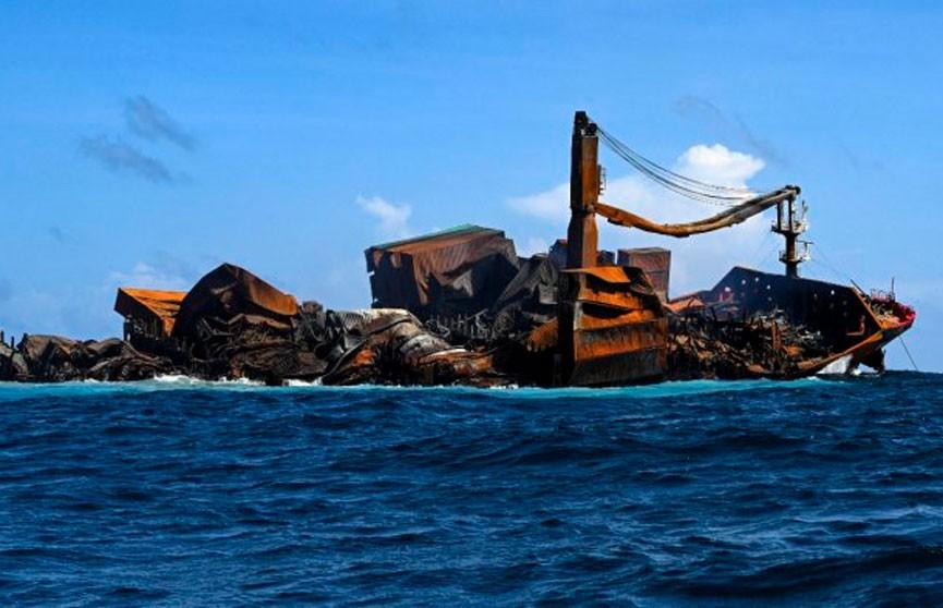 Власти Шри-Ланки потребовали у владельца сгоревшего у ее берегов судна $40 млн компенсации