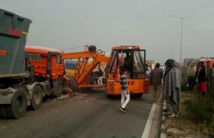 50 транспортных средств столкнулись на дороге в Индии (Видео)