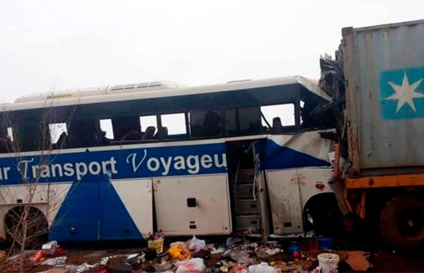 Пассажирский автобус столкнулся с грузовиком на западе Мали. 19 человек погибли