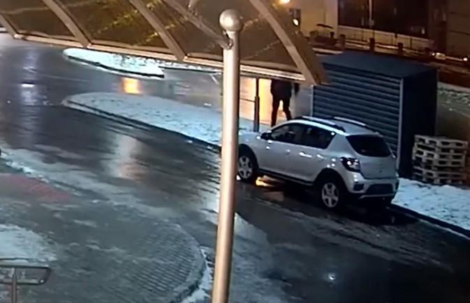 Пьяный муж решил выместить злость на ближайшем автомобиле. Посмотрите на это сами