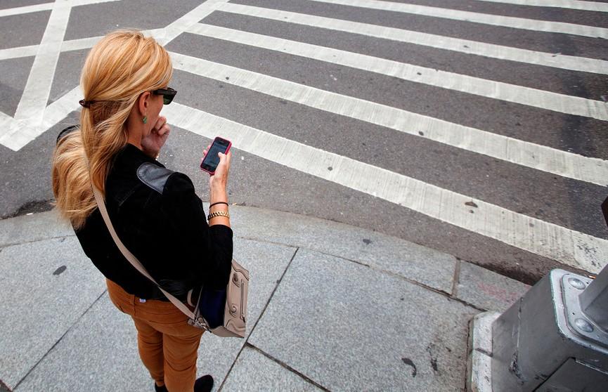 Пешеходам запретят отвлекаться на гаджеты и идти в капюшоне. Что нового появится в ПДД?