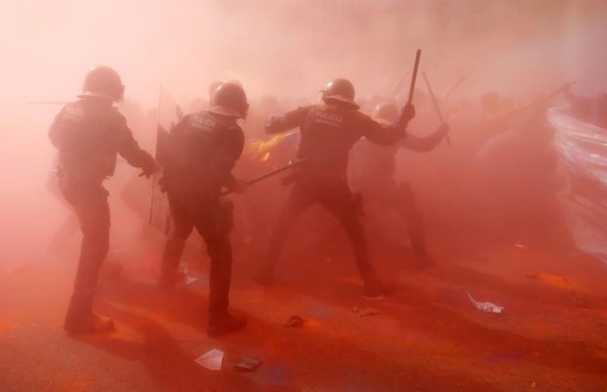 Каталонские сепаратисты против полиции: в Барселоне отметили годовщину референдума о независимости