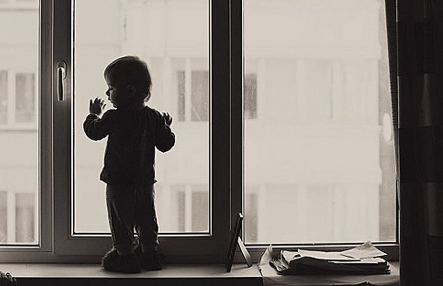 Из окна второго этажа в Гомеле выпала трёхлетняя девочка