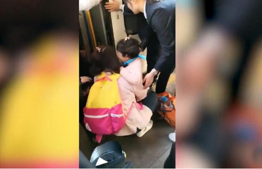 Девочка упала с платформы метро, пока мать увлечённо смотрела в телефон