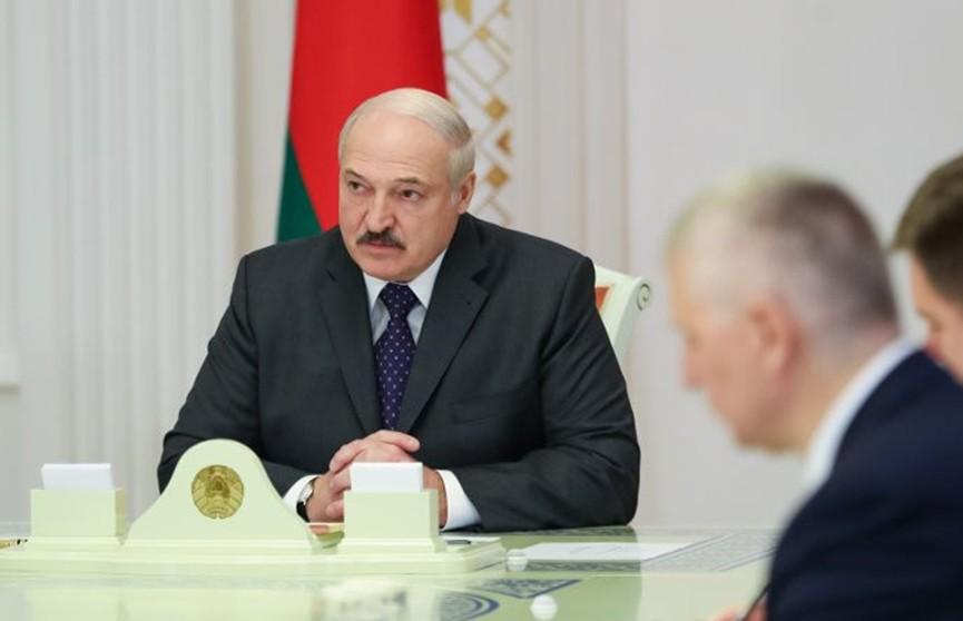 Лукашенко потребовал сохранить трудовые коллективы в нынешних условиях