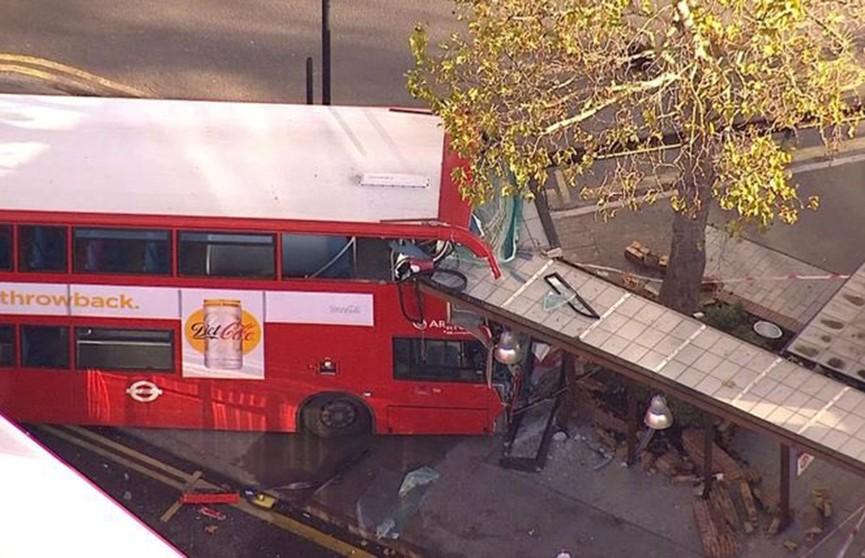 Автобус протаранил остановку в Лондоне, есть пострадавшие