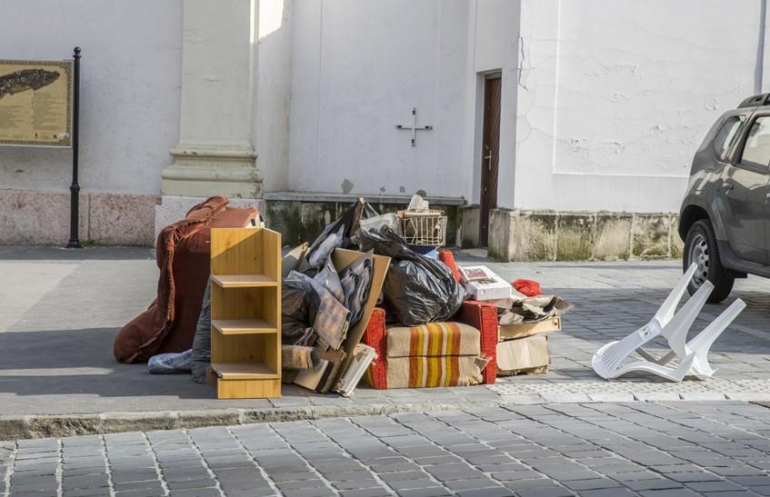 Пьяный парень выбрасывал мебель из окна 9 этажа и повредил чужой Ford в Гродно