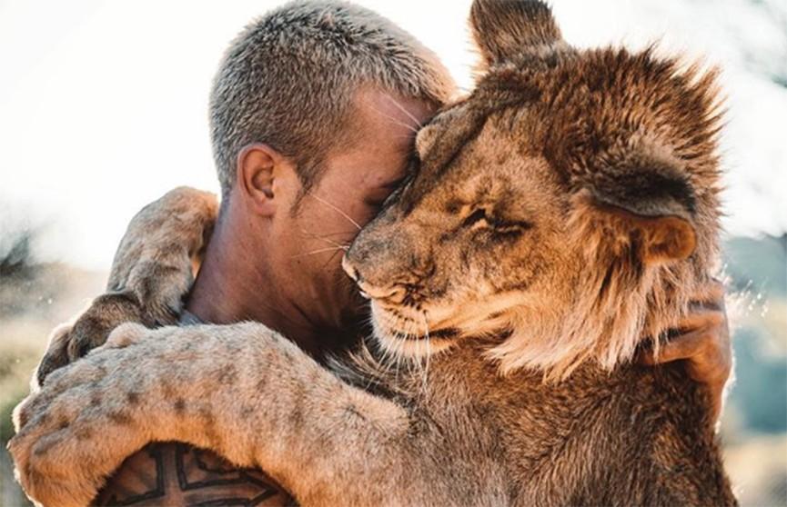 Парень спас львёнка в Южной Африке, а теперь дружит с ним