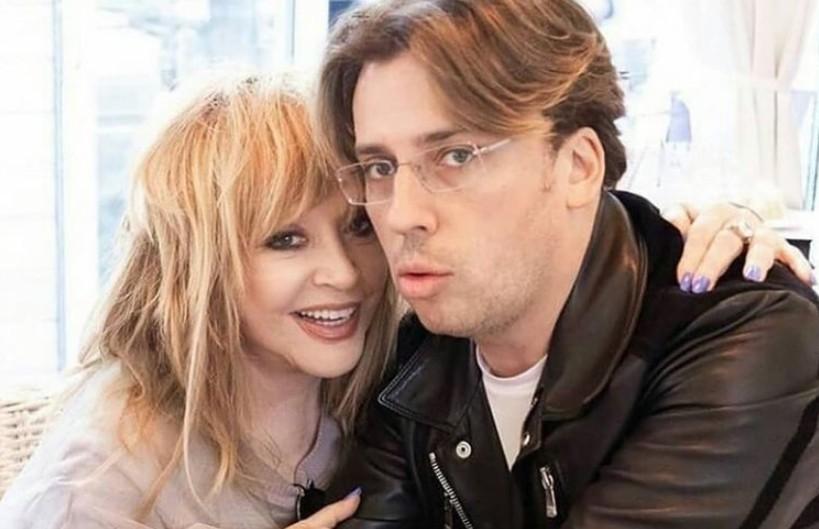 «Алла Борисовна, вы красавица!» Пугачева и Галкин позируют, сидя на лестнице в замке