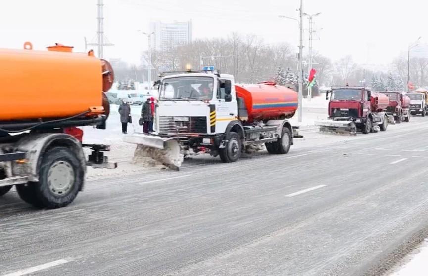 Колонны снегоуборочной техники работают без перерыва