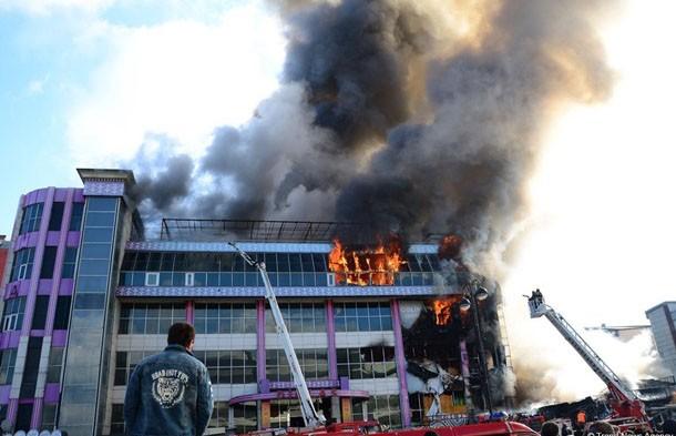 Крупный пожар вспыхнул в ТЦ в Баку