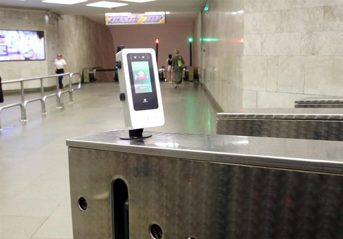 В минском метро появились сервисы оплаты проезда с помощью биометрии. На каких станциях и как это работает?