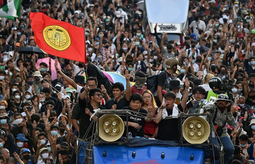 В Бангкоке на фоне протестов введено чрезвычайное положение