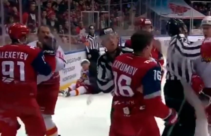 Арбитр из Беларуси получил удар в лицо во время матча КХЛ
