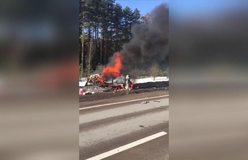 ЧП на трассе Минск-Микашевичи: лоб в лоб столкнулись два легковых автомобиля. Один водитель сгорел заживо