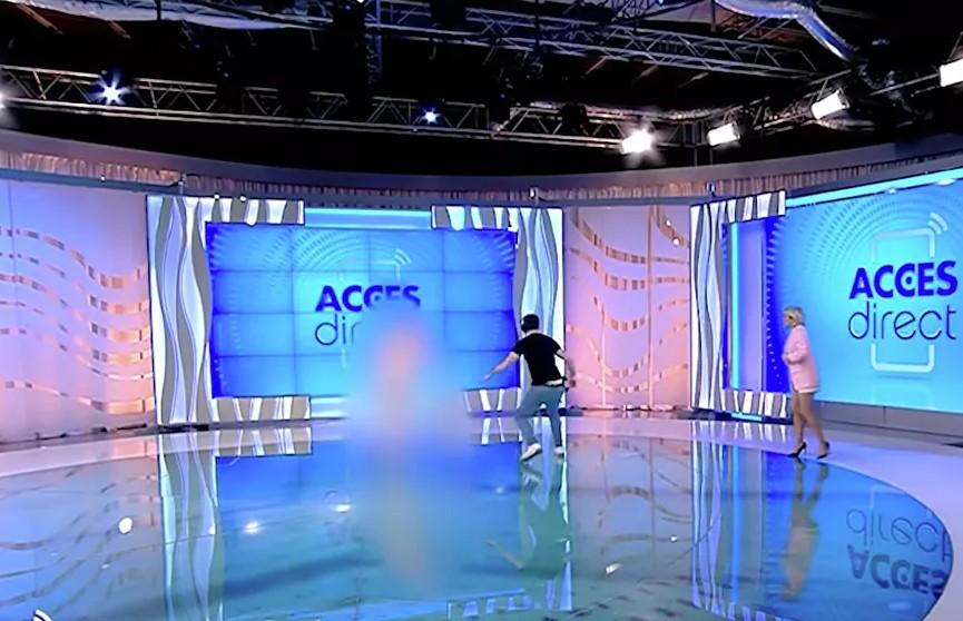 В Румынии голая женщина напала на телеведущую в прямом эфире