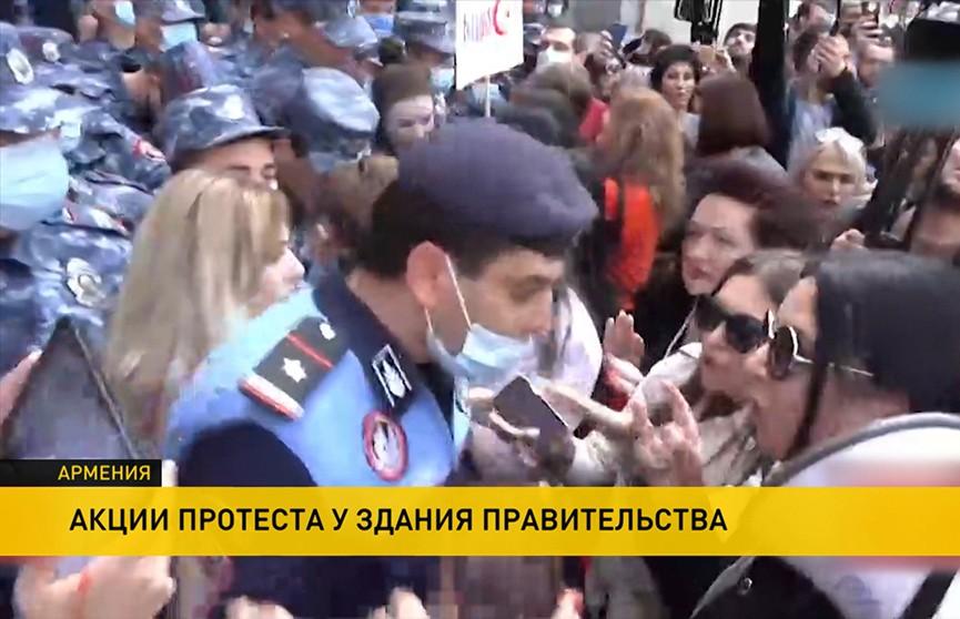 Женский бунт в Ереване: силовиков забросали яйцами