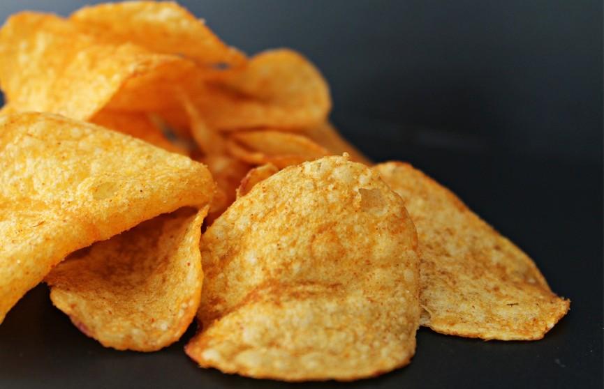 Диетолог рассказал, как есть чипсы без вреда для организма