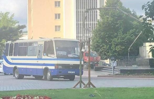 В украинском Луцке мужчина со взрывчаткой и оружием захватил автобус с заложниками