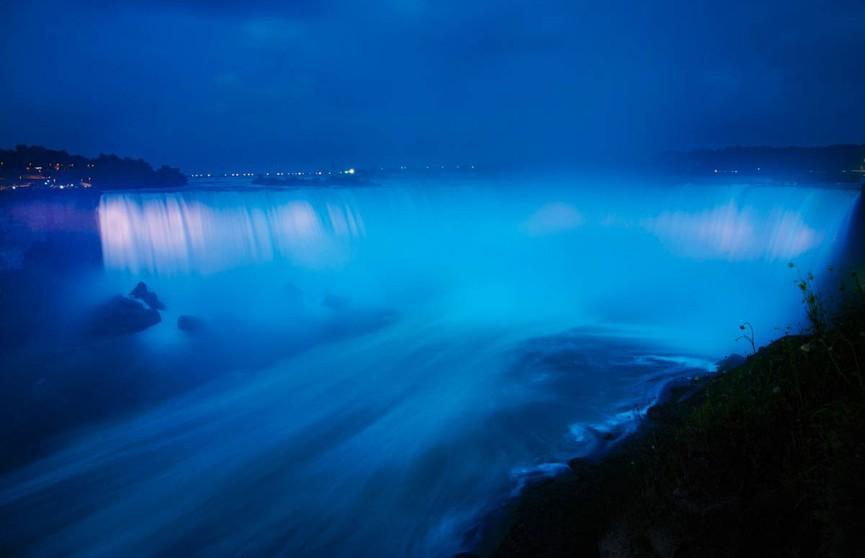 Ниагарский водопад поменял цвет в честь рождения первенца у принца Гарри и Меган Маркл